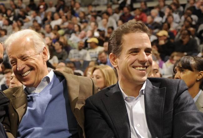 Joe e Hunter Biden assistem a jogo de basquete universitário nos Estados Unidos - 30/01/2010