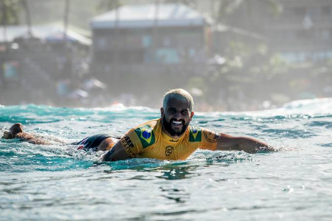 Italo Ferreira Pipeline surfe