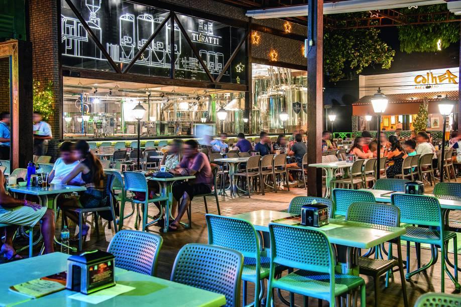 O espaçoso bar: produção de cervejas à vista dos clientes