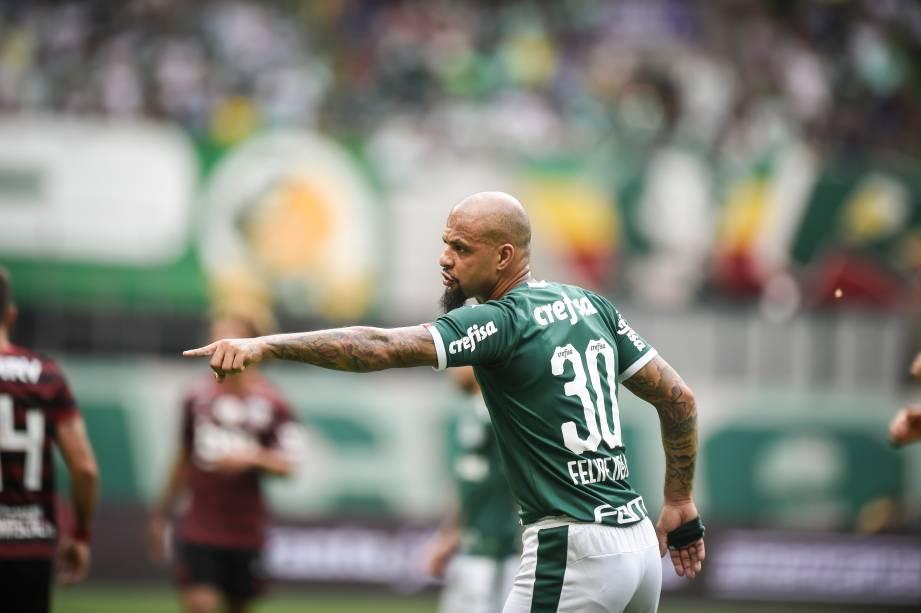 Felipe Melo dando insruções ao time durante a partida