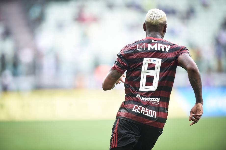 O meia Gerson em ação durante a partida, no Allianz Parque