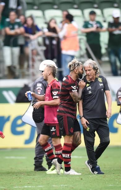 Gabigol e Jorge Jesus ao final da partida, no Allianz Parque