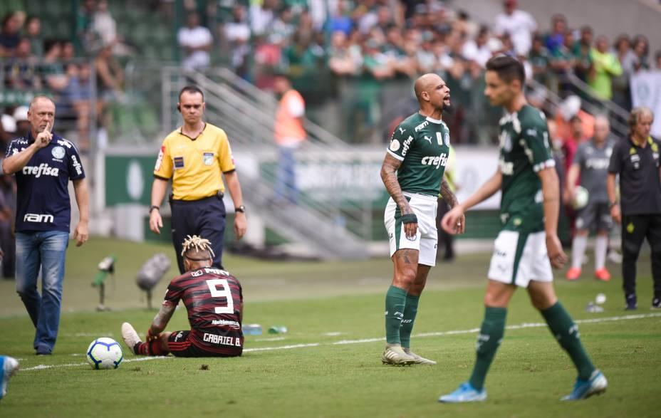 Gabigol é derrubado após entrada de Felipe Melo