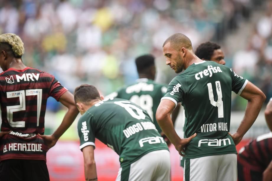 Diogo Barbosa e Vitor Hugo se desentendem durante o jogo