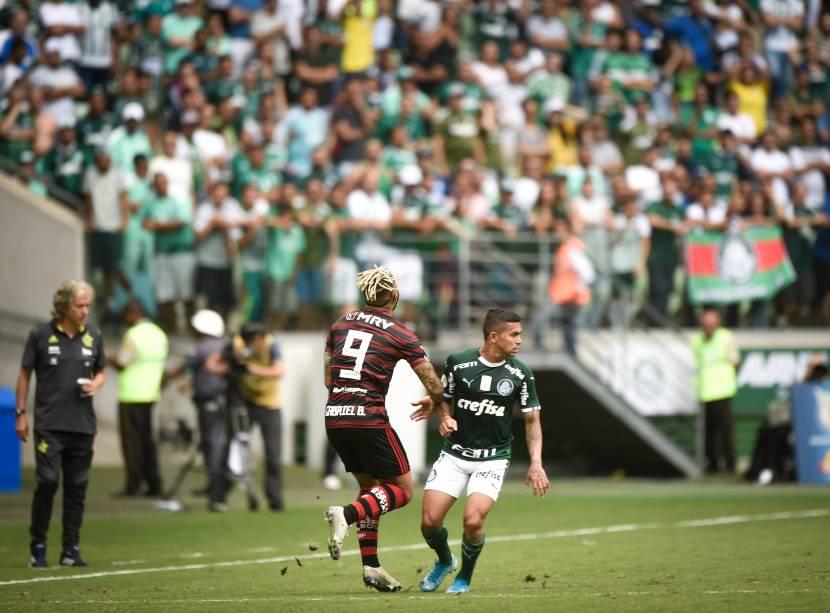 Gabigol sofre falta do meia-atacante Dudu