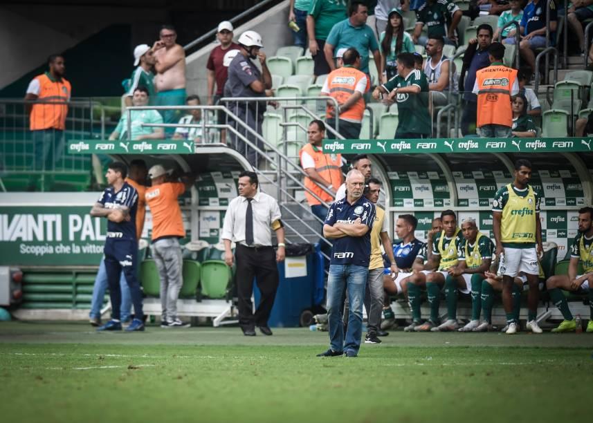 Mano Menezes durante a partida após ser crititcado pela torcida palmeirense