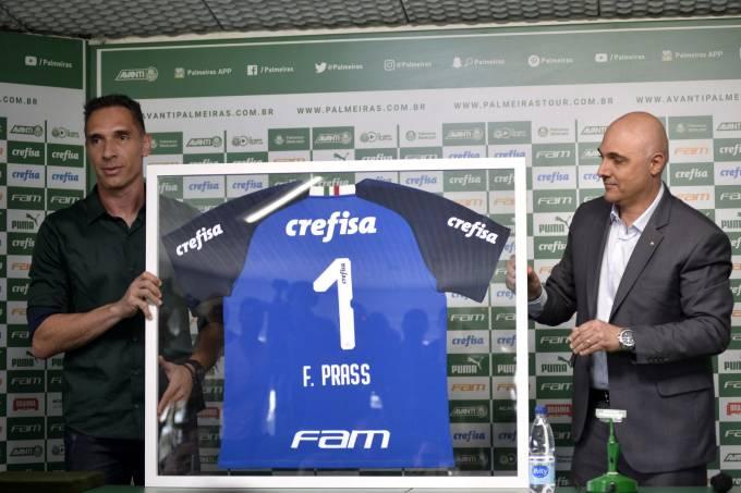 Fernando Prass recebeu camisa e uma placa do presidente Maurício Galiotte