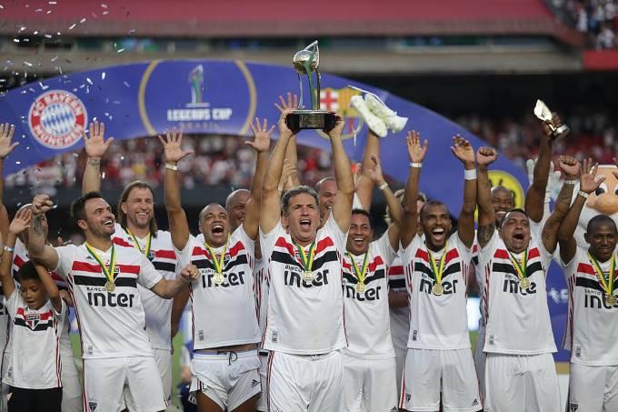 Careca ergue o troféu do Legends Cup no Morumbi