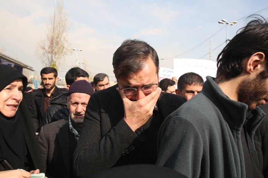 Manifestantes iranianos choram, em luto, pela morte do general Qassem Soleimani após ataque aéreo dos Estados Unidos - 03/01/2020