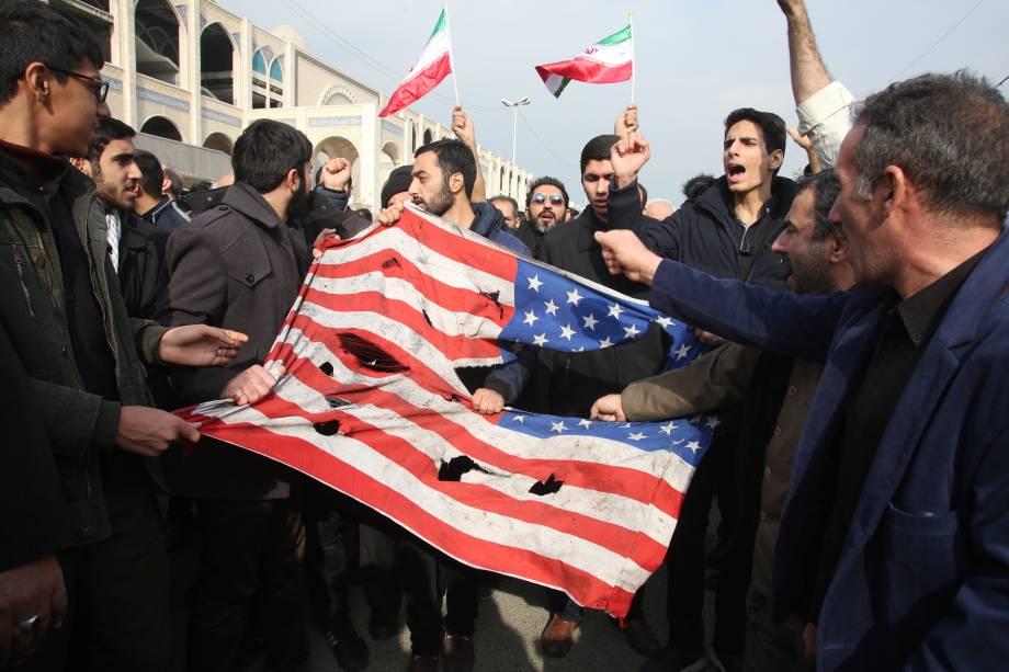 Iranianos protestam contra a morte do general Qassem Soleimi após um ataque aéreo dos Estados Unidos - 03/01/2020
