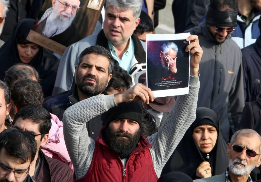 Um homem iraniano segura um retrato do general Qassem Soleimani - 03/01/2020
