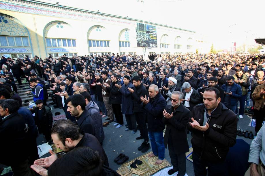 Iranianos realizam orações para o general Qassem Soleimani, morto após ataque a´reo dos estados Unidos - 03/01/2020