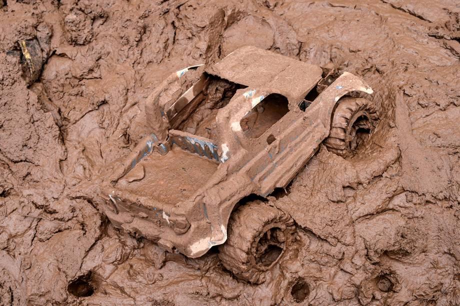 Um carrinho de brinquedo fica preso na lama após o transbordamento do córrego Da Prata devido a chuvas torrenciais, em Raposos, região metropolitana de Belo Horizonte, em 28 de janeiro