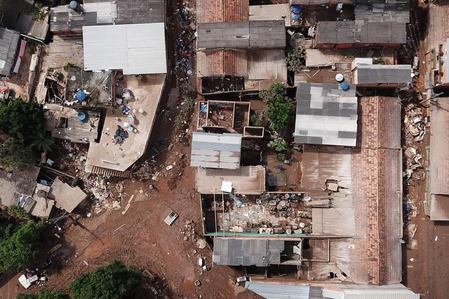 Vista aérea de danos após o transbordamento do córrego Da Prata devido a chuvas torrenciais, em Raposos, região metropolitana de Belo Horizonte, em 28 de janeiro