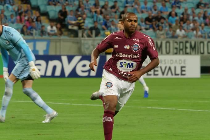 Léo Tilica, do Caxias, comemora gol contra Grêmio