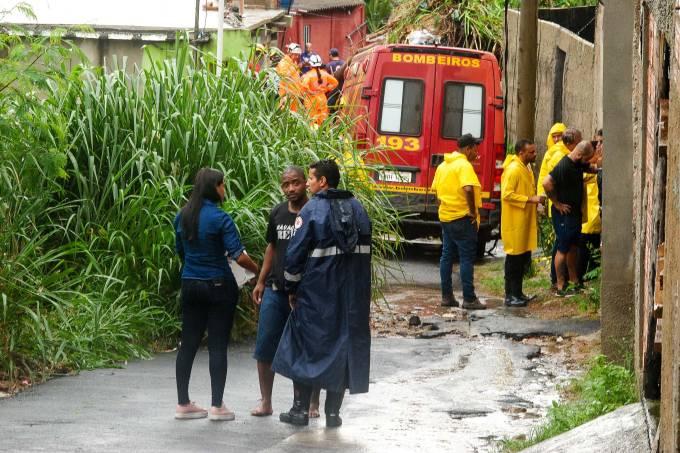 Deslizamento de terra na Vila Ideal em Ibirité deixa duas pessoas mortas.