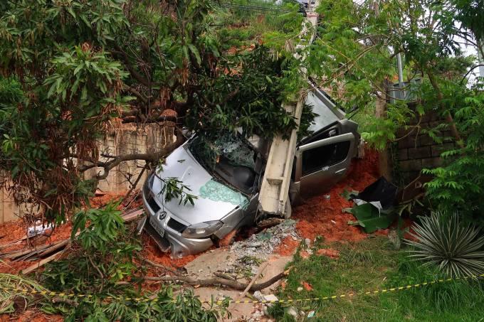 MINAS GERAIS/Chuva causa deslizamento de terra na Vila Antena em Belo Horizonte – Ontem