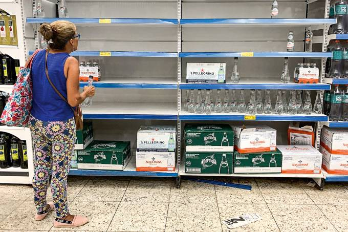 EM FALTA – Prateleiras vazias: a demanda por água mineral, usada agora para escovar os dentes e cozinhar, subiu 30%