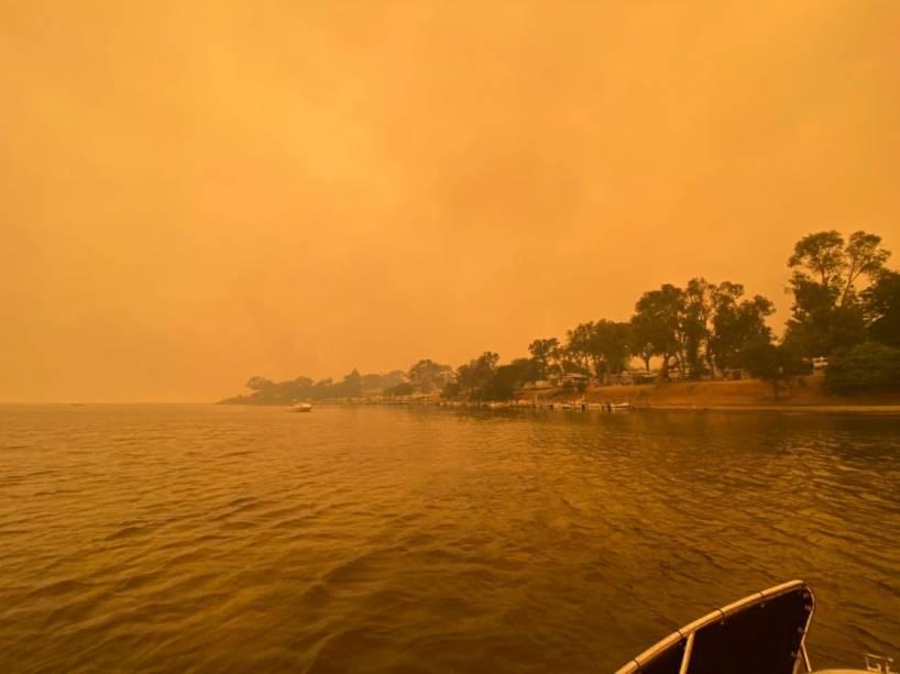 A fumaça dos incêndios sobre o céu da cidade de Mallacota, no Estado de Vitória, Austrália - 31/12/2019