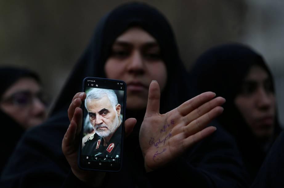 Uma mulher iraniana segura a foto de Qassem Soleimani, general morto após um ataque aéreo dos Estados Unidos - 03/01/2020