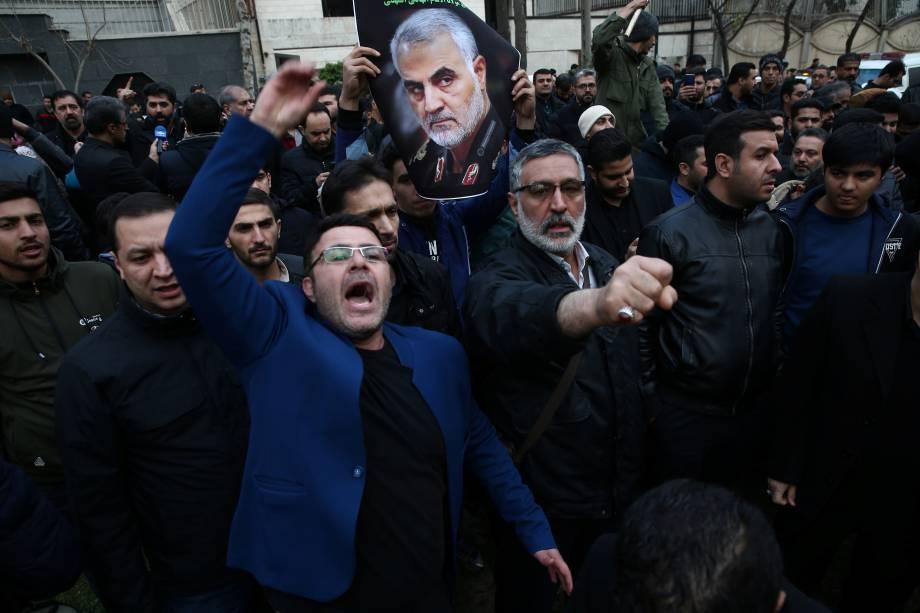 Manifestantes protestam em frente ao escritório das Nações Unidas em Teerã contra a ação dos Estados Unidos que levou a morte de Qassem Soleimani, general iraniano - 03/01/2020