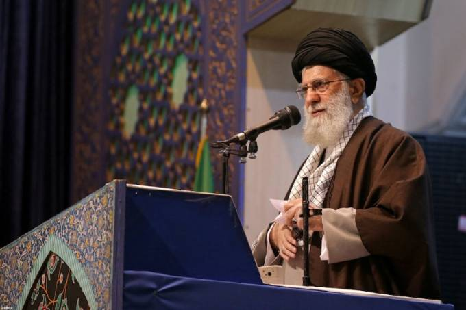 Líder Supremo do Irã, aiatolá Ali Khamenei, profere discurso durante orações em Teerã