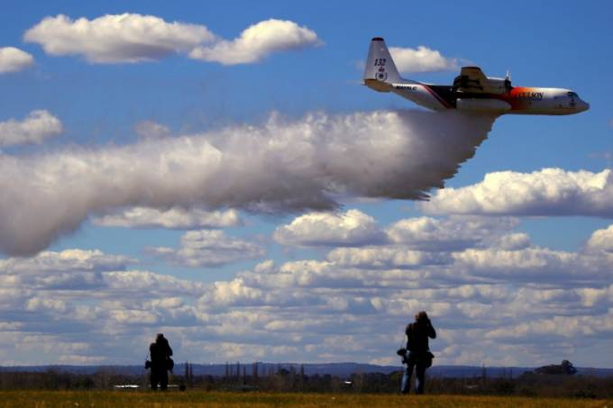 Avião C-130 Hercules de combate a incêndios faz voo de exibição em Sydney