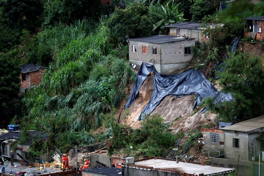 Equipes de resgate pesquisam o local de um deslizamento de terra, após fortes chuvas no bairro Vila Ideal em Belo Horizonte, em 24 de janeiro de 2020