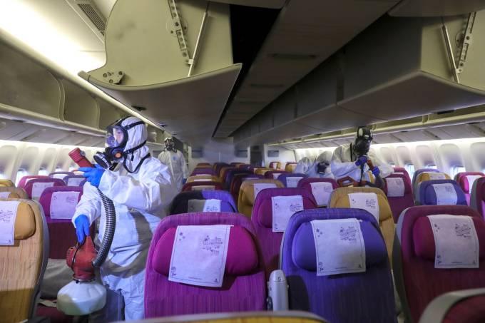 Dedetização em avião por coronavírus