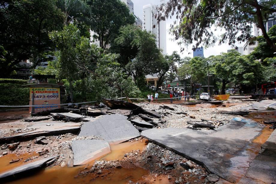 Rua é danificada após fortes inundações causadas por chuvas em Belo Horizonte