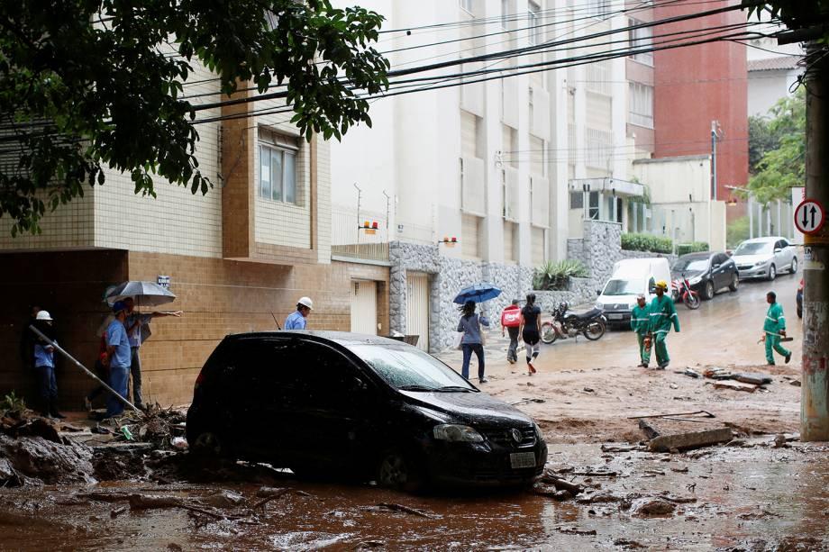 Carro danificado após fortes inundações causadas por chuvas em Belo Horizonte