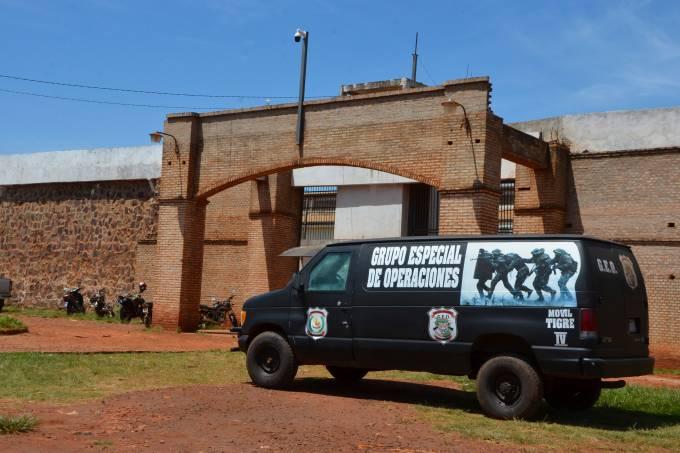 Polícia monta guarda em frente à prisão de Pedro Juan Caballero, no Paraguai, após fuga de dezenas de presos – vários deles ligados ao PCC