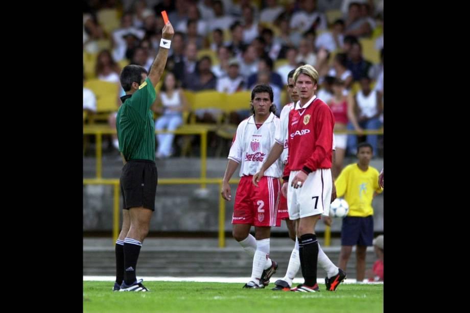 David Beckham acabou expulso durante o Mundial de Clubes da Fifa por uma entrada violenta em um adversário do Necaxa, do México
