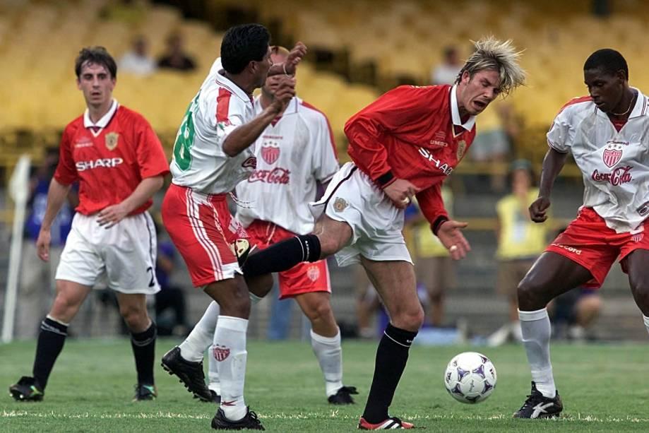 De mangas longas, David Beckham acertou um coice em Jose Milian, do Necaxa, do México, e acabou expulso da partida que marcou a eliminação do Manchester United do Mundial de Clubes da Fifa, em 2000