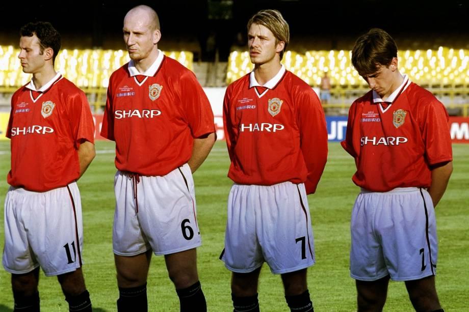 Da esquerda pra a direita, Ryan Giggs, Jaap Stam, David Beckham e Gary Neville perfilados antes da partida do Manchester United contra o Necaxa, do México, no Maracanã