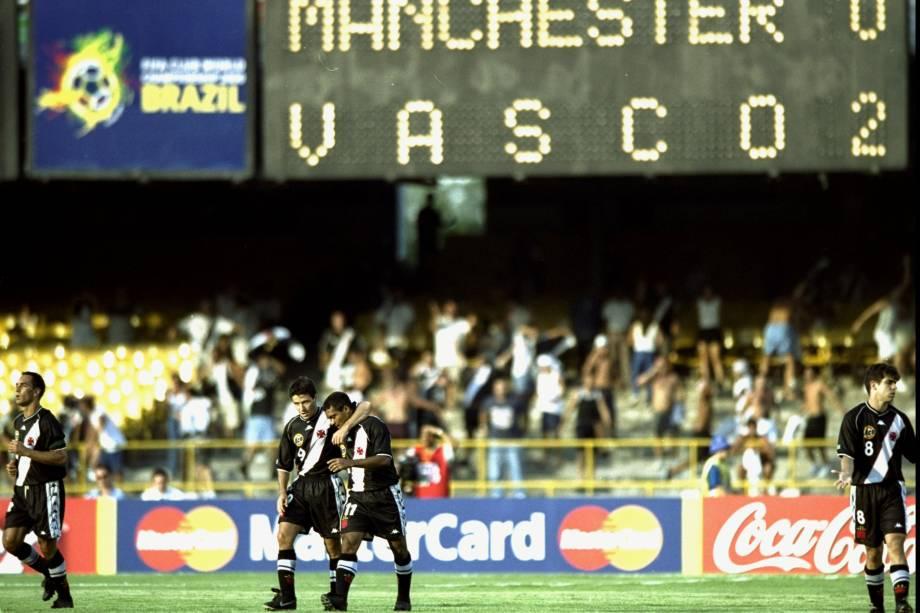 Ao centro, Ramon abraça Romário após o Baixinho marcar o segundo gol do Vasco contra o Manchester United no Mundial de Clubes da Fifa. O cruzmaltino venceu o clube inglês por 3 a 1 no Maracanã