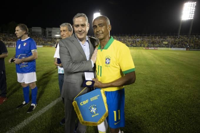 Romário recebeu uma placa do presidente da CBF, Rogério Caboclo