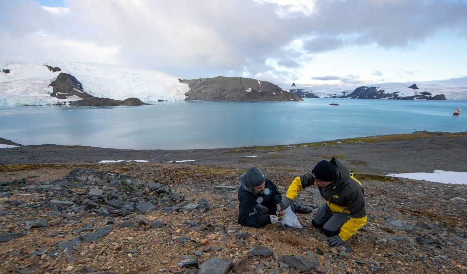 Rosa, microbiologista, estuda fungos antárticos; Câmara, botânico, pesquisa a biodiversidade de plantas na região