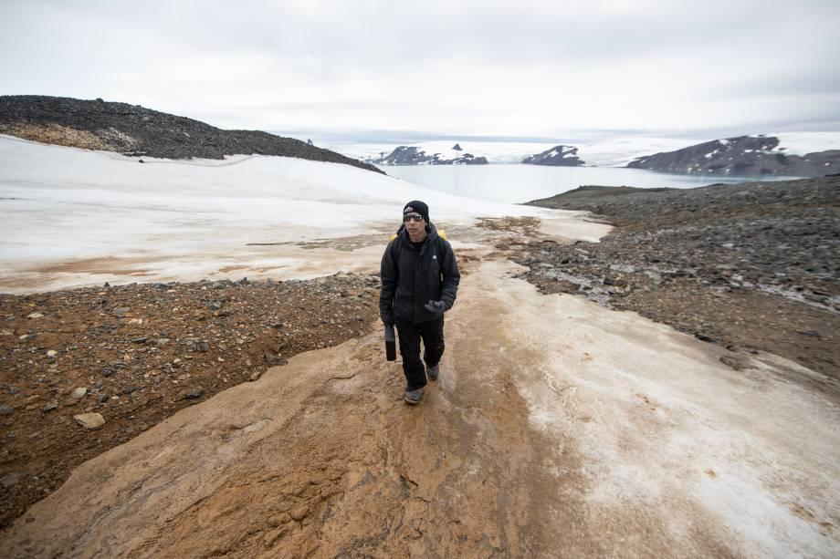 Em solo, os pesquisadores fazem o trabalho de campo a pé, em áreas próximas à base