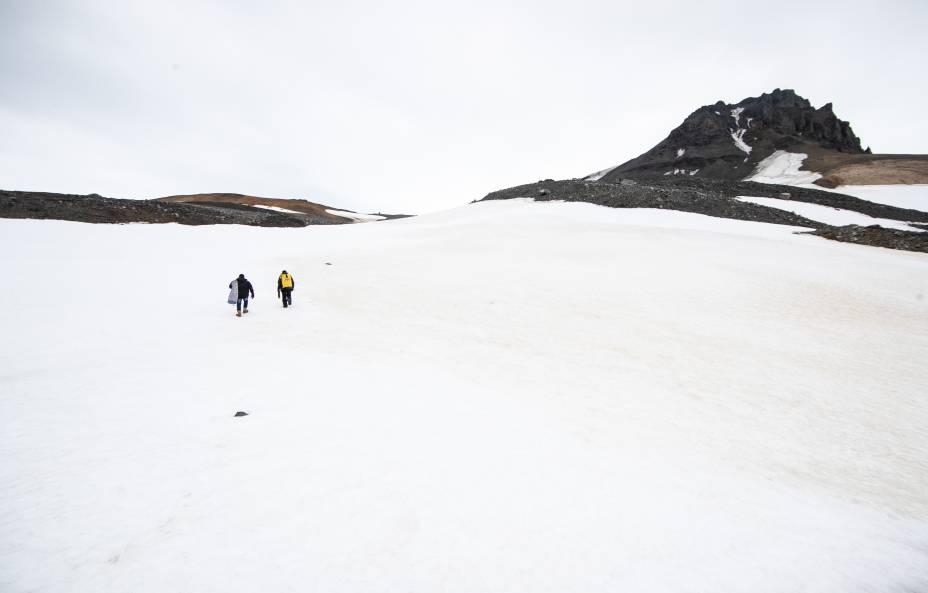 Durante o verão antártico, entre novembro e o fim de fevereiro, há pouca neve no entorno da base brasileira