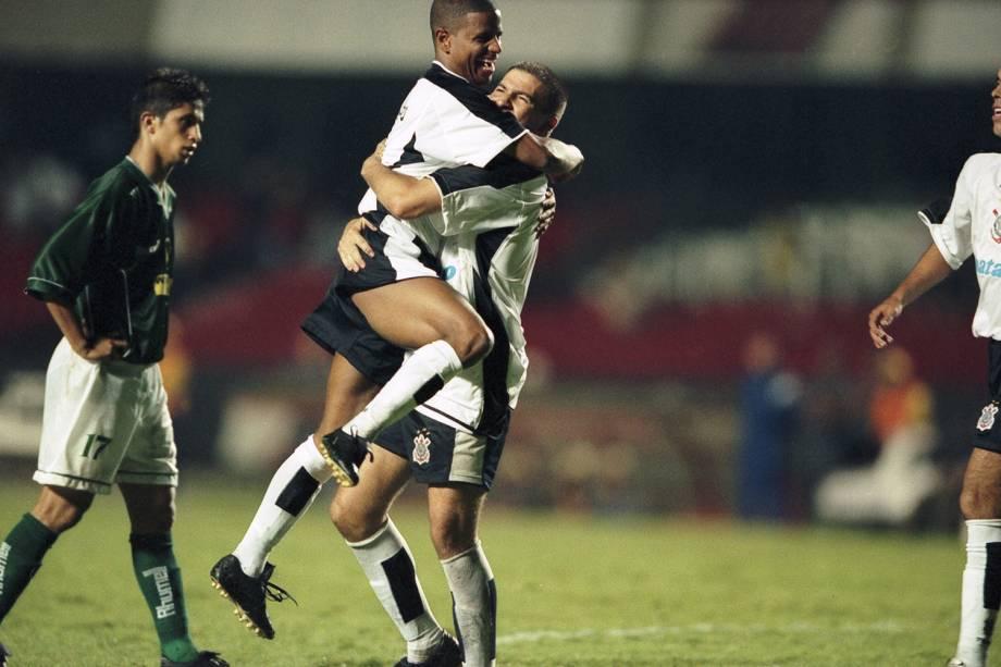 Marcelinho Carioca e Luizão, do Corinthians, no jogo contra o Raja Casablanca, de Marrocos, durante o Campeonato Mundial de Clubes da Fifa, no Morumbi.