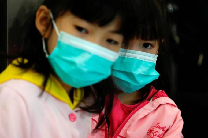 Crianças com máscara em meio a surto de coronavírus na China
