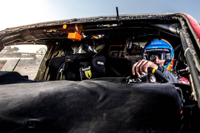 Câmera laranja instalada no teto dos carros ajuda a prevenir trapaças no Rali Dakar