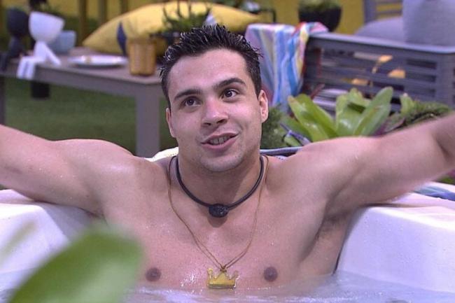 Petrix, o líder dos homens no BBB apalpa o peito de participantes do reality show