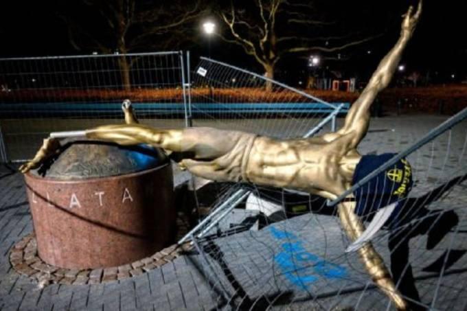 Estátua de Ibrahimovic é derrubada na Suécia