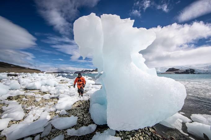 Pedaços de gelo em praia na Antártica