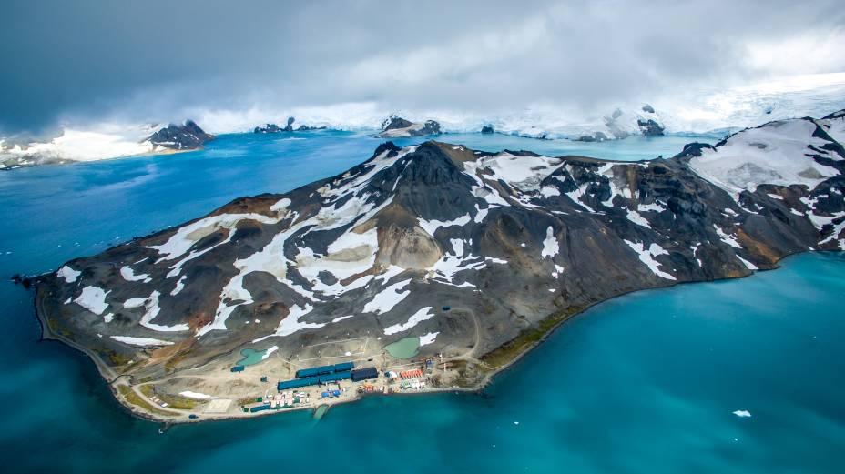 Vista aérea da ilha Rei George, onde fica localizada a base brasileira na Antártica