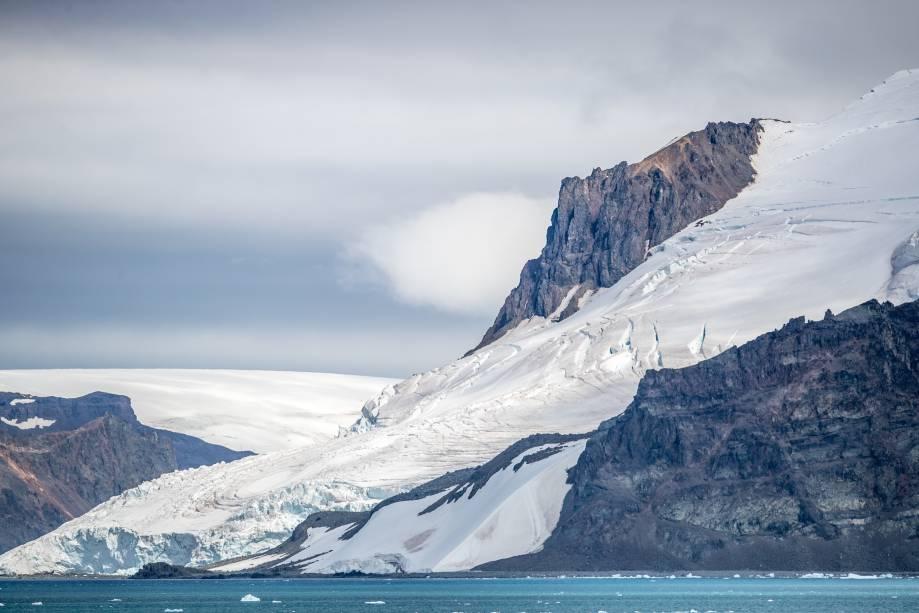 Percepção do recuo das geleiras: a superfície rochosa das montanhas começou a ganhar espaço em meio à neve e ao gelo