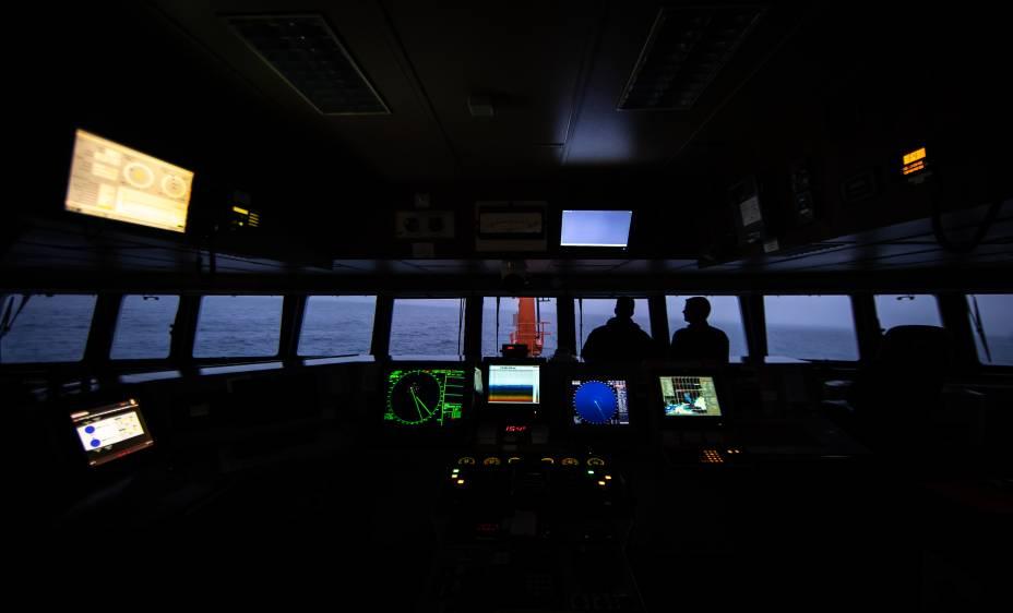 Vista noturna do Passadiço, o centro de controle, do Navio Polar Almirante Maximiano