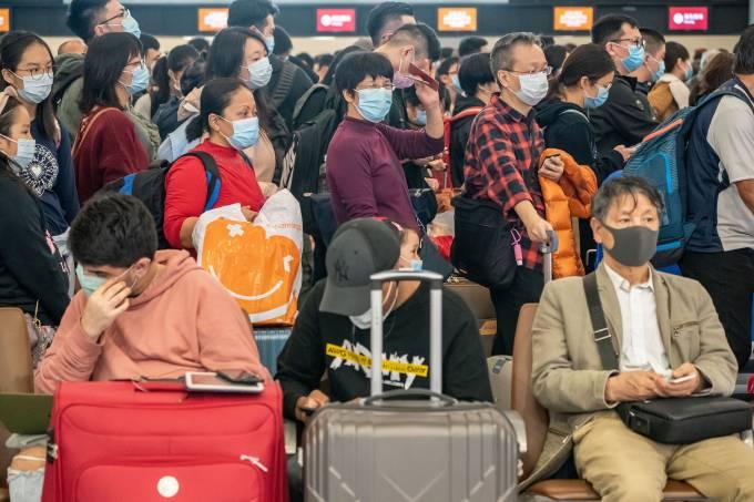 Cidadãos de Hong Kong se protegem com máscaras por causa do surto de coronavírus na China